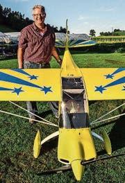 Sepp Stary, Präsident des MFG Eschlikon, mit einem seiner Modellflugzeuge.
