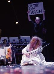 Szene aus «Bob Dylans 115ter Traum» – im Hintergrund Regisseur Michael Elber. (Bild: PD)
