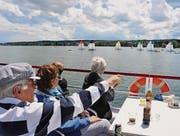 Teddy Waibel, Regattaleiter des Yachtclubs Kreuzlingen, erklärt den Zuschauern, was bei den Booten vor sich geht. (Bild: Margrith Pfister-Kübler)