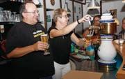 Christian Schneider und seine Partnerin Sylvia Kahdemann mit selbst gebrautem Bier in fröhlicher Runde. (Bild: Fränzi Göggel)