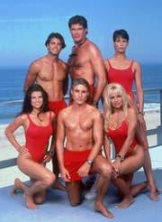 """Die """"Baywatch""""-Crew 1994 mit David Hasselhoff (Mitte hinten) und Pamela Anderson (vorne rechts). (Bild: STR (AP, ALL AMERICAN TELEVISION))"""