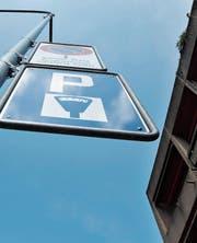 Braucht es zusätzliche Parkplätze in Herisau? Und wie sollen diese bewirtschaftet werden? Ist Kurzparkieren am Ende gar gratis? Solche und andere Fragen werden im Herbst in Herisau beantwortet. (Bild: APZ)
