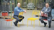 Der Klassiker «Säntis» als Latten- und als Spaghetti-Stuhl: Samuel Schaffner und sein Onkel, Geschäftsleiter Martin Schaffner. (Bild: Reto Martin)