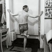 Ohne Shorts: Manche liessen sich nur den Unterleib tätowieren. Rechts: Tätowiermeister Herbert Hoffmann mit Matrosen, 1966. (Bilder: Galerie Gebr. Lehmann, Dresden)
