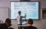 Die digitalen Wandtafeln im OZ Buechenwald bestehen erst seit sieben Jahren – und sind schon veraltet. (Bild: Urs Bucher)