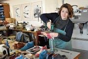 Die Schuhingenieurin Ena Ringli entwickelt alle Schuhe in der Werkstatt ihrer Schuhmanufaktur yép. (Bild: Isabella Gómez)