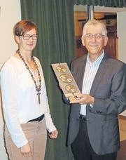 Sonja Zollinger, Präsidentin der der Musikgesellschaft Harmonie Ebnat-Kappel, gratuliert dem Kantonalen Jubilar Max Huser. (Bild: pd)