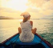 Sie schippert übers Meer, er ist daheim geblieben: Frau allein auf Reisen. (Bild: fotolia)
