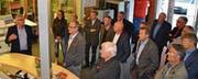 Peter Schibli (links) erläutert den Mitgliedern des Lions Club Werdenberg, was im 2001 erstellten Gebäude umgesetzt wurde. (Bild: Adi Lippuner)