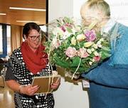 Ursula Appenzeller bekam gute Worte, einen schönen Blumenstrauss und einen besonderen Comedy-Beitrag für ihren unermüdlichen 30-jährigen Einsatz geschenkt. (Bild: Heidy Beyeler)