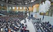 Konstituierende Sitzung des 19. Deutschen Bundestages: Abgeordnete lauschen der ersten Rede von Wolfgang Schäuble als neugewählter Bundestagspräsident. (Bild: Bernd von Jutrczenka/Keystone (24. Oktober 2017))