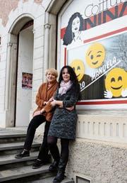 Edith del Priore und Manuela Huber vor dem Coiffeursalon Nina. (Bild: Hannelore Bruderer)