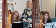 Feines Harfenspiel, aber mit viel Kraftaufwand. Salome Flammer, Tabita Susanna Nicolas (Lehrerin) und Amelie Mannoschöck (von links). (Bild: Pius Bamert)