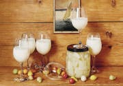 Das Geschmackserbe Genfs: ein Schaumwein, der aussieht wie Milch, Marzipangemüse zur Escalade und Kardy. (Bild: Echtzeit-Verlag)