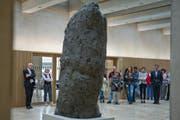 Figur des Bildhauers Hans Josephsohn im Eingang der Fachhochschule - pikanterweise eine Leihgabe des Kunstmuseums, weil der Kredit für Kunst am Bau fehlte. (Bild: Coralie Wenger)