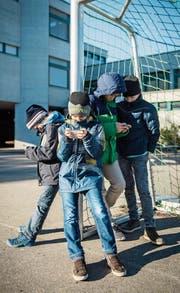 Schüler mit Smartphones sind auch auf den Thurgauer Pausenplätzen omnipräsent. (Bild: Reto Martin)