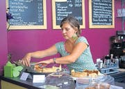Antje Nesensohn schaut beim Kuchen-Buffet zum Rechten. (Bild: Ursula Gasser)