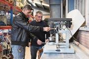 Jawad Danishyar und Thomas Rhyn an der Arbeit mit dem Kernlochbohrer. Mit diesem werden Löcher in die Platten gebohrt, damit beispielsweise Lampen in die Löcher eingesetzt werden können. (Bild: Yvonne Aldrovandi-Schläpfer)