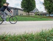 Eine Schülerin fährt mit ihrem Velo entlang der Thundorferstrasse bis zur Sekundarschule. (Bild: Reto Martin)