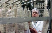 Ein Bell-Mitarbeiter prüft die Reife von Salami. Immer wichtiger als Fleisch- und Wurstwaren werden aber Convenience-Produkte. (Bild: PD)