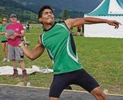 Augen zu und Wurf: Danys Peña vom TV Buchs warf das Geschoss sagenhafte 68,95 Meter weit. (Bild: Robert Kucera)