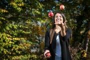 Marion Weibel geniesst die Bewegung – beim Tanzen und beim Jonglieren mit Äpfeln. (Bild: Reto Martin)