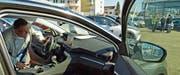 Vorbeikommen und reinschauen: Am Autofäscht nutzten viele Besucher die Gunst des schönen Wetters und begutachteten die draussen abgestellten Neuwagen. (Bild: Mario Testa)