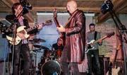 Zed Mitchell steht mit seiner Band auf der Bühne des Aadorfer Rotfarbkellers. (Bild: Kurt Lichtensteiger)