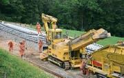 Einbau von Betonschwellen zwischen Degersheim und Brunnadern im Rahmen des Clusters 2015. (Bild: SOB)