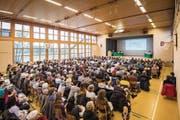384 Stimmbürgerinnen und Stimmbürger versammeln sich in der Mehrzweckhalle. (Bild: Reto Martin)