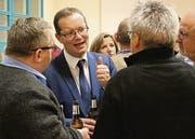 Bei einem Apéro diskutiert Gemeindepräsident Walter Schönholzer nach der Versammlung mit Einwohnern. (Bild: Hannelore Bruderer)