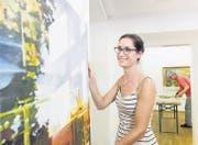 Kuratorin Milena Oehy hängt ein Bild des Frauenfelder Künstlers Mark J. Huber auf; im Hintergrund Otmar Dossenbach vom Kunstverein Frauenfeld. (Bild: Donato Caspari)