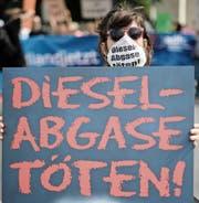 Aufgrund des Dieselskandals stehen deutsche Autobauer schon länger in der Kritik. Die nun bekannt gewordenen Menschen- und Tierversuche dürften das Image der Konzerne weiter verschlechtern. (Bild: Clemens Bilan/EPA (Berlin, 2. August 2017))
