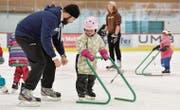 Beim Grossen abschauen: Leandra lernt, wie sie sich auf dem Eis vorwärts bewegen kann. (Bild: Donato Caspari)