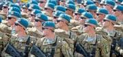 Ukrainische Soldaten marschieren bei der Parade zum Unabhängigkeitstag der einstigen Sowjetrepublik. (Bild: Efrem Lukatsky/AP (Kiew, 24. August 2017))