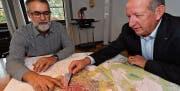 Stadtrat Stefan Mayer und Stadtpräsident Martin Salvisberg schauen sich auf der Karte das Gebiet südlich des Bahnhofs an. (Bild: Manuel Nagel)