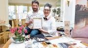 Norbert und Tatjana Mahr präsentieren die Urkunde der Kaffeehaus-Vereinigung in Wien. (Bild: Donato Caspari)