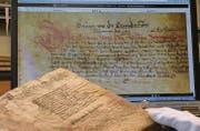 Der Landammanns-Eid: Einmal im Original als Teil des «Silbernen Landbuchs» und einmal in digitalisierter Form auf e-codices.ch. (Bilder: maj)