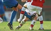 Eine Attacke gegen das Knie des Gegenspielers kommt einen Breitensport-Goalie des FC Wil teuer zu stehen. (Bild: Themenbild: Getty)