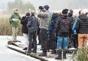 Cilia Besançon, Präsidentin des Natur- und Vogelschutzvereins Neunforn, mit den Delegierten am Barchetsee. (Bild: Sonja Peis)