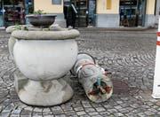 Zerstörter Brunnen beim Hafenbahnhof: Ein Zeuge hat die Freveltat beobachtet, ein Tatverdächtiger wurde einvernommen. (Bild: Rudolf Hirtl)