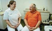 Marcel Cuendet übergibt die Zahnarztpraxis seiner Tochter Nicole. (Bild: Res Lerch)