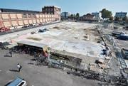 Das Baufeld neben dem Hamel, wo HRS ein 50-Zimmer-Hotel als Ersatz für das Metropol am See (im Hintergrund) realisieren will. HRS will nicht, dass es wegen drohender Rechtsverfahren jahrelang eine Brache bleibt. Und prüft für diesen Fall einen neuen Standort. (Bild: Max Eichenberger)