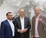 Bundesrat Alain Berset mit Andy Böckli und Martin Joos, Geschäftsführer der Adunic, an der 15. Biennale Architektur in Venedig. (Bild: ky/Niklaus Strauss)