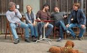 Das Gleis-5-Team vor ihrer Werkstatt: Joe Fenner, Rahel Wohlgensinger, Giuseppe Spina, Noce Noseda und Simon Engeli. (Bild: Dieter Langhart)