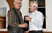 Imker Niklaus Eggenberger aus Trübbach (links) wurde für seine 40 Jahre Vereinszugehörigkeit geehrt. (Bild: Heidy Beyeler)