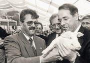 Hans Stettler mit Bundesrat Adolf Ogi und das Glücksschweinchen and der Olma. (Bild: Michel Canonica (13. Oktober 1994))