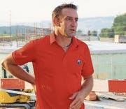 Joachim Harder vor der Baustelle für seine neue Biogasanlage am Ortseingang von Kirchberg. (Bild: PD)