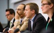 Überparteiliche Allianz: Simon Casutt (GLP), Pascal Gloor (Piratenpartei), SVP-Nationalrat Lukas Reimann und Aline Trede (Grüne). (Bild: ky/Samuel Trümpy)