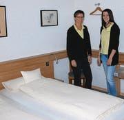 Brigitte Widmer und ihre Tochter Kim in einem Doppelzimmer des Gasthauses Sonne. (Bild: Ruben Schönenberger)